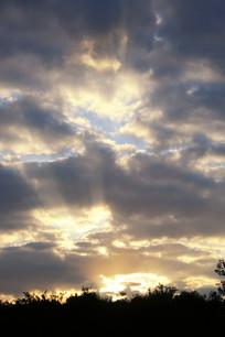 穿透乌云的四射光芒