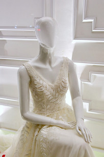 女款V字领白裙子
