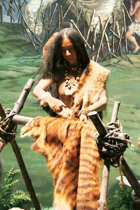 原始人狩猎整理动物皮毛