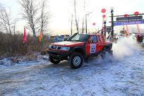 冰雪路面上疾驰的赛车