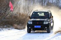 冰雪赛道上飞驰的吉普车