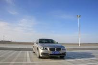 轿车停泊在京新高速服务区