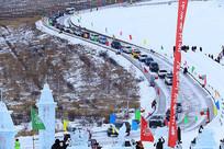 冰雪公路参加挑战赛的越野车