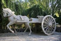 马车马拉木轮车雕像