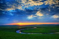 暮色下的大草原河湾