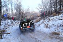 崎岖雪路上越野车