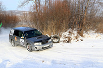 雪地赛道越野车疾驰