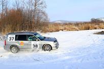在雪野赛道上奔驰的越野车