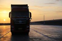 大卡车夕阳路上