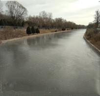 冬天冰冻了的河流