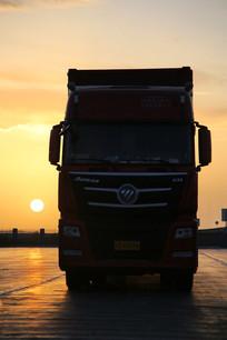 夕阳黄昏卡车运输
