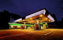 夜晚的加油站