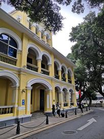 黄白色墙面的欧式建筑