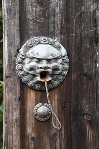 狮兽铜门扣竖构图