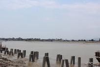海滩水泥桩