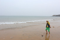 平海沙滩上的男孩