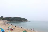 平海沙滩上的人们