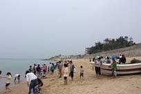 平海沙滩上的人群