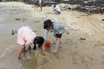 沙滩上的玩沙女孩