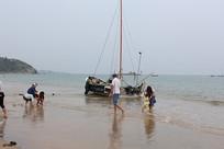 停靠在沙滩上的渔船