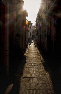 阳光里的昏暗小巷