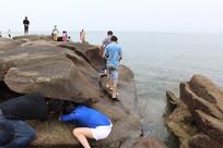 在礁石的石缝处寻找小生物