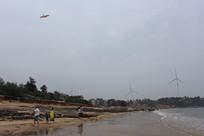 在沙滩上放风筝