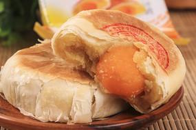 蛋黄酥蛋黄月饼摄影图