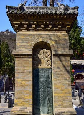 高大的青砖石龛
