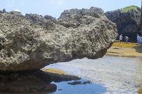 海边奇异石头延伸到海岸