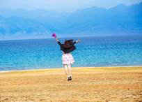 赛里木湖美女背影