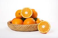 篮子里的切开的脐橙