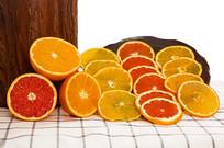 桌面上切开的靠着木墩的脐橙