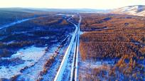 穿越冰雪森林的铁路公路