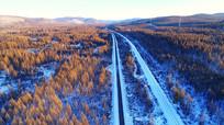 穿越林海雪原的铁路公路