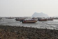 海边停靠的数只小船