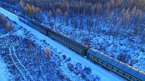绿皮列车穿越冰雪森林
