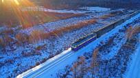 绿皮列车在冰雪森林铁路行驶