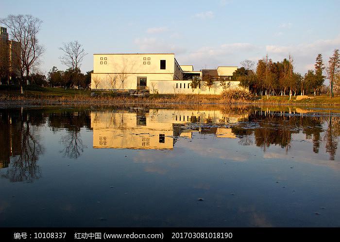 平静的湖面日式小房图片