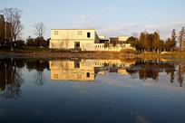 平静的湖面日式小房
