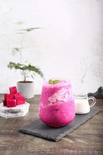 火龙果奶茶摄影图