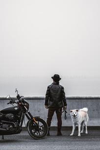 摩托人物背景和一只狗狗