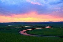 草原上蜿蜒的暮色河流