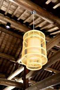 木梁上的吊灯