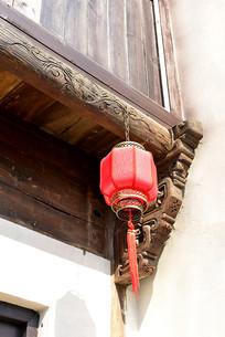 木屋上挂着的红灯笼
