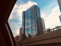车内拍摄城市高楼大厦