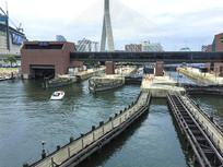 城市河流下游的船闸