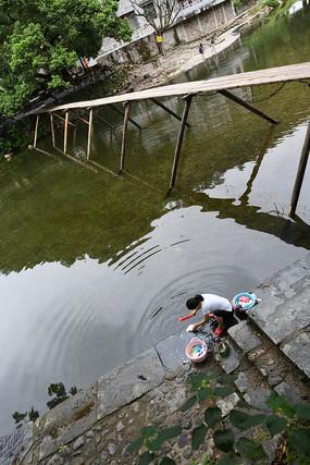 木桥和洗衣女