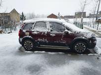 厚雪中小车