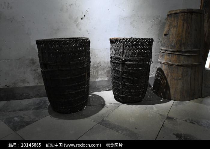 两只竹篓图片
